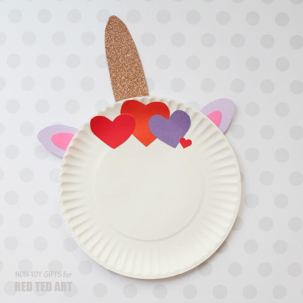 Easy Paper Plate Valentine's Unicorns for preschoolers. Quick and easy Valentine's Day Crafts for Preschool and toddlers. Cute Unicorn Craft for Valentines #Valentines #paperplates #preschool #unicorns