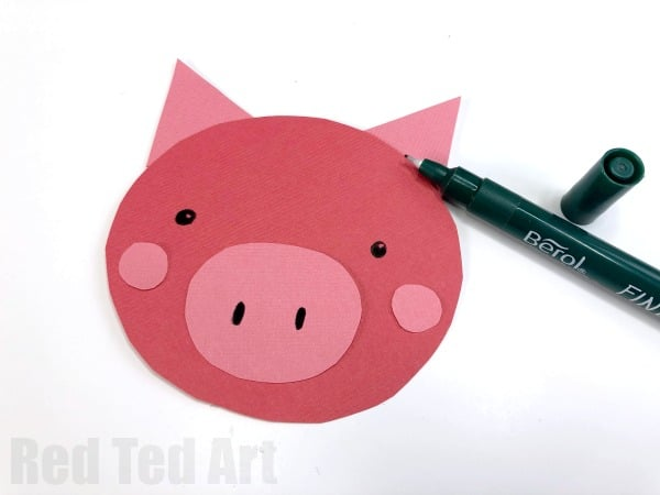 Easy Rocking Paper Plate Pig for Kids. A great Paper Plate Pig craft for preschoolers for the Year of the Pig or Farmyward Craft session. So cute. 2 ways!  #pig #pigs #pigcrafts #paperplates #yearofthepig #animalcrafts #farmyard