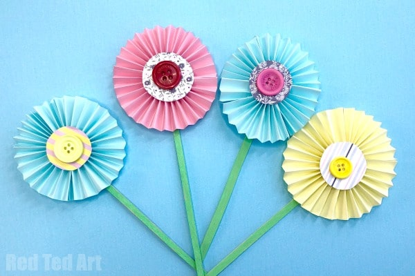 How to make paper flowers step by step instructions with pictures. Learn how to make easy accordion paper flowers for kids. Easy paper flowers for spring!